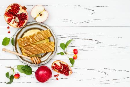 Apple, granaatappel en honing, traditionele gerechten van het joodse Nieuwjaar - Rosh Hashana. Ruimte achtergrond kopiëren
