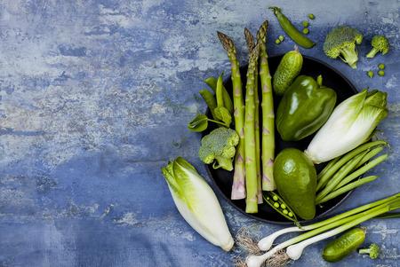 Grüne Gemüse Gruppe. Vegetarische Abendessen Zutaten. Grüne Gemüsevielzahl. Overhead, flach legen, Ansicht von oben, Kopie, Raum Standard-Bild - 84123539