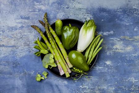 Grupo de verduras verdes en una bandeja. Ingredientes de la cena vegetariana. Variedad de vegetales verdes. Vista aérea, plano, vista desde arriba, copia espacio Foto de archivo - 84486760