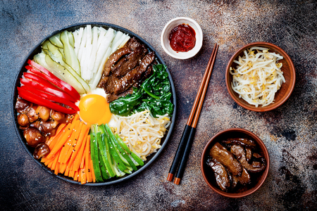 Bibimbap, traditioneel Koreaans gerecht, rijst met groenten en rundvlees. Bovenaanzicht, overhead, plat leggen Stockfoto