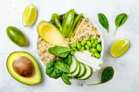 菜食主義者は、キノア、アボカド、キュウリ、ほうれん草、トマト、緑豆もやし、枝豆、大根と緑の仏ボウル レシピをデトックスします。平面図、