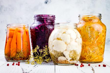 ザワークラウトの様々 な jar ファイルを保持します。自家製の赤キャベツ ビート クラウト、黄色ウコン クラウト、マリネ カリフラワー、にんじん