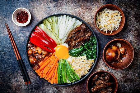 Bibimbap, traditionelles koreanisches Gericht, Reis mit Gemüse und Rindfleisch. Draufsicht, obenliegend, flach liegend Standard-Bild