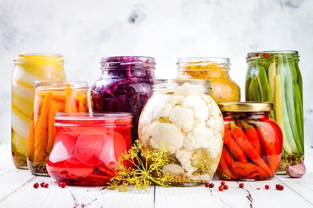 ザワークラウトとマリネ ピクルス様々 な jar ファイルを保存します。自家製赤キャベツ ビート クラウト、黄色ウコン クラウト、カリフラワー、大