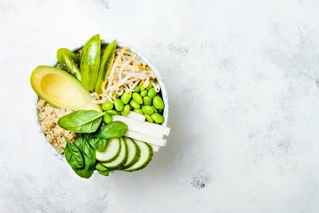 菜食主義者は、キノア、アボカド、キュウリ、ほうれん草、トマト、緑豆もやし、枝豆、大根と緑の仏ボウル レシピをデトックスします。フラット