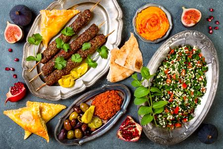 Midden-Oosters traditioneel diner. Authentieke Arabische keuken. Meze feest eten. Bovenaanzicht, platliggend, boven het hoofd