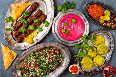 Nahöstliches traditionelles Abendessen. Authentische arabische Küche. Meze Party Essen. Draufsicht, flach legen, Overhead
