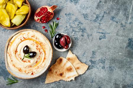Zelfgemaakte hummus met paprika, olijfolie. Midden-Oosterse traditionele en authentieke Arabische keuken. Meze feest eten. Bovenaanzicht, platliggend, boven het hoofd Stockfoto