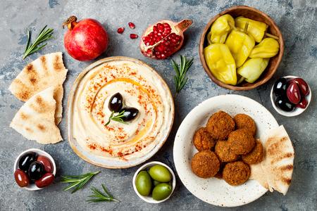 Orientalisches traditionelles Abendessen. Authentische arabische Küche. Meze Party Essen. Draufsicht, flachgelegt, über Kopf Standard-Bild
