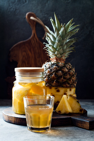 Fermented mexican pineapple Tepache. Homemade raw kombucha tea with pineapple. Healthy natural probiotic flavored drink. Copy space Imagens