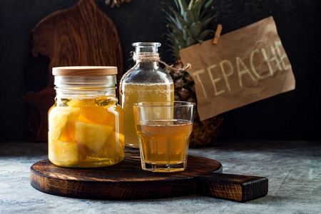 Fermented mexican pineapple Tepache. Homemade raw kombucha tea with pineapple. Healthy natural probiotic flavored drink. Copy space Foto de archivo