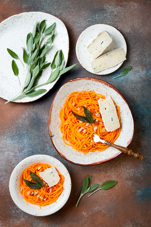 Butternut squash spirilized noodles with sage, bread crumbs and blue cheese. Vegetable low carb pasta recipe. Banque d'images - 111462068