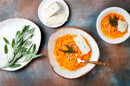 Butternut squash spirilized noodles with sage, bread crumbs and blue cheese. Vegetable low carb pasta recipe. Banque d'images - 111462102