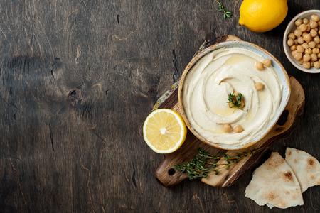 Hummus fatto in casa con timo, olio d'oliva.