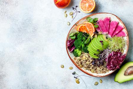 Veganistische, detox Buddha bowl met quinoa, microgroenten, avocado, bloedsinaasappel, broccoli, watermeloenradijs, alfalfazaadkiemen. Bovenaanzicht, plat leggen, ruimte kopiëren Stockfoto