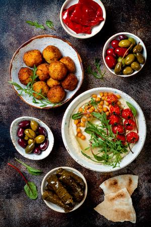 阿拉伯传统美食。中东餐有皮塔饼,橄榄,鹰嘴豆泥,填馅的dolma,鹰嘴豆丸子,泡菜。地中海开胃菜派对想法
