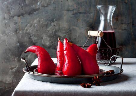 Hibiscus épicé ou poires pochées au vin rouge. Délicieux dessert français d'hiver Banque d'images