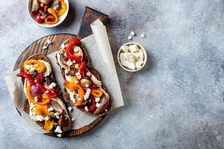 Roasted vegetables toast with hummus and feta cheese 版權商用圖片 - 148223106