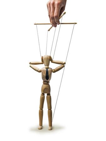 obedecer: marioneta de imagen en las manos del titiritero en el fondo blanco aislado