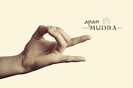 Het beeld van vrouw dient apan mudra in. Het gebaar is geïsoleerd op gestemde achtergrond. Stockfoto