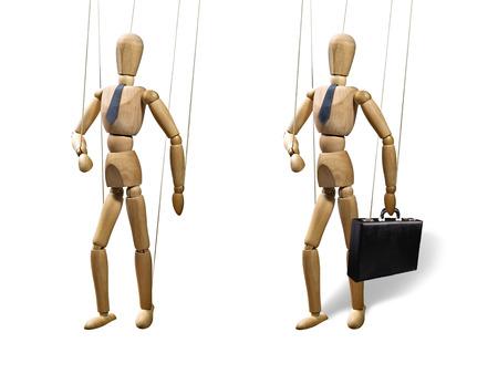 obey: Conjunto de dos marionetas en una cadenas. Los objetos están aislados en el fondo blanco. Las marionetas se presentan en el estilo de negocios con una corbata y un maletín. Foto de archivo
