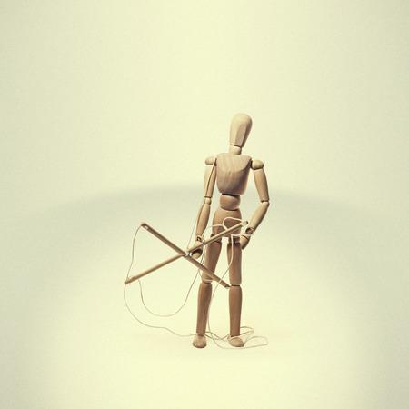 Liberado de la marioneta del cautiverio con la cuerda en sus manos en un fondo ligero. Concepto sobre el tema de la libertad. Foto de archivo - 71894624