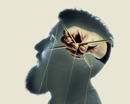 Conceptmanipulatie van bewustzijn. Afbeelding gemaakt met meerdere belichtingen op een lichte achtergrond.