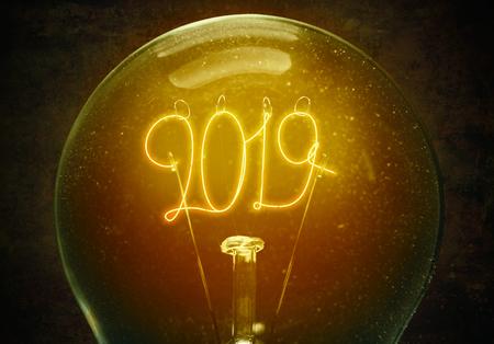 Het concept van het nieuwe jaar 2019. Filament lamp met cijfers 2019. Gezellige uitstraling. Hygge-stemming Stockfoto