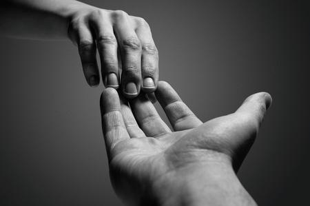 Emotionales Schwarz-Weiß-Foto des Zusammenbruchs in der Beziehung zwischen zwei Menschen.