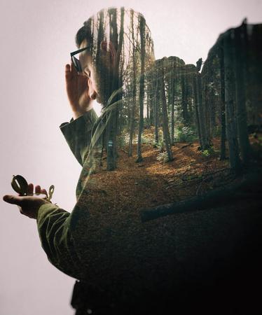 Doble exposición con viajero barbudo y bosque denso. Metáfora de viajes y camping.