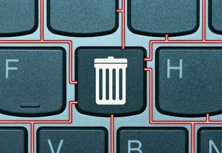 Key on a keyboard with trash can icon. Data deletion concept. Banque d'images