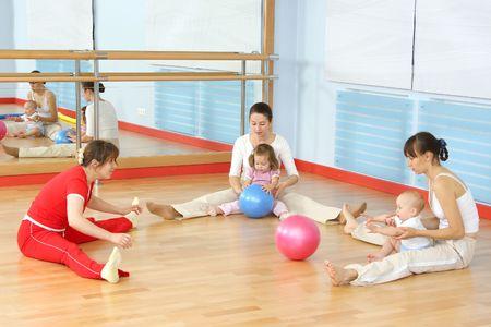 salle de sport: La m�re et l'enfant sont engag�s avec le formateur dans un gymnase Banque d'images