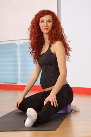 salle de sport: La femme enceinte est engag�e en gymnastique dans une salle de sport
