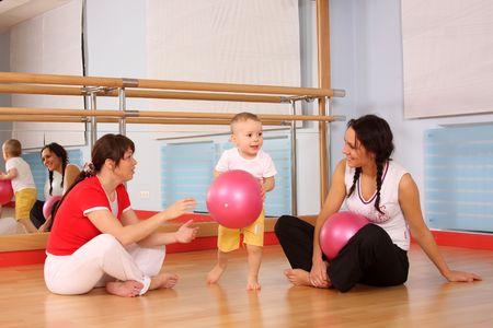 salle de sport: Maman avec le fils jouer une salle de sport