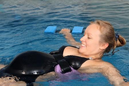 mujeres embarazadas: Empleo con las mujeres embarazadas en piscina peque�a