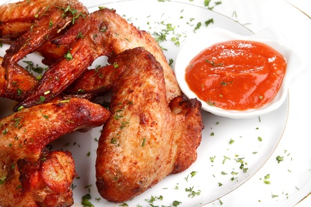 grill chicken: Heap fried on a grill of chicken wings with sauce and spicescocktails