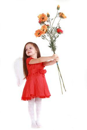 florecitas: La niña en vestido brillantes rojo sobre un fondo blanco tiene control sobre un ramo de amapolas