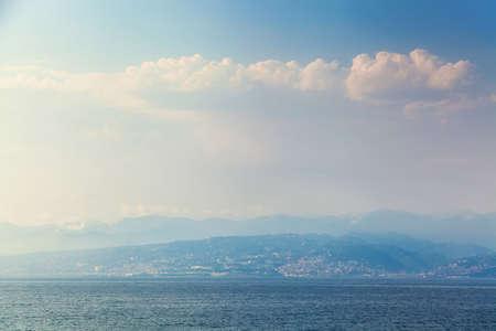 azul turqueza: View from the Black Sea on the coastline of the port city Foto de archivo