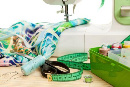 テーブルの上の測定テープおよび付属品費用のミシン 写真素材