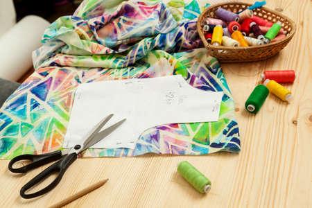 生地や縫製付属品テーブルの上のパターン