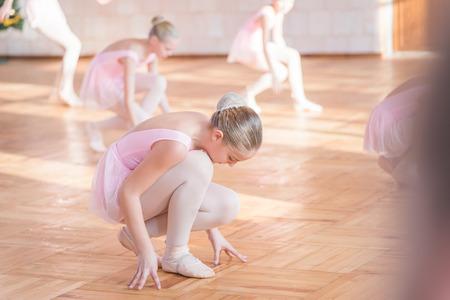 Feodosia, Russie - le 18 Décembre, 2016: la danse des enfants dans la salle de ballet. Le ballet des enfants émotionnels. soft focus