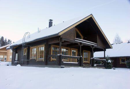 finland�s: Finland�s casa de madera en una helada ma�ana de invierno