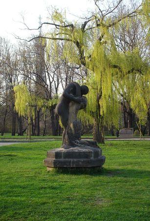 Una escultura de una pareja besándose en el parque de comienzos de primavera en Praga Foto de archivo - 666816