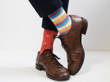Men's feet in stylish shoes and funny socks. Men's style. Vintage shoes Foto de archivo