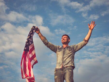 Guapo, joven sosteniendo una bandera americana