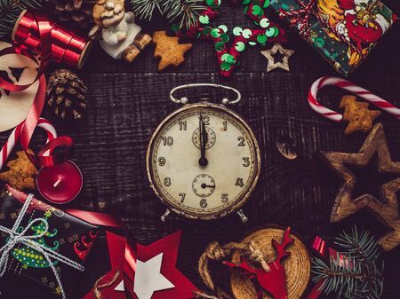 Vintage old watch and Christmas decorations. View from above, close-up, flat lay. Congratulations to loved ones, family, relatives, friends and colleagues Stockfoto