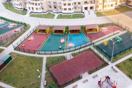 Vue aérienne aire de jeux pour enfants et activités sportives zone résidentielle personnes communauté printemps Banque d'images