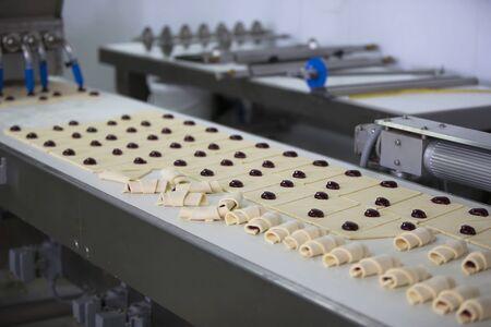 Ligne industrielle pour la cuisson de biscuits. Production professionnelle en gros de produits culinaires