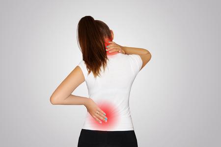 首と背中の痛み。若い女性は、首の痛みと背中から苦しんでいます。脊椎骨粗鬆症。側弯症。赤い点で示される痛みの場所。健康の概念。