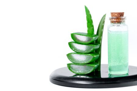 Aloe Vera Slices, Leaves and Jar with juice Aloe Vera. Cosmetics and Herbal Medicine Concept. Banque d'images